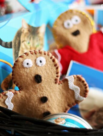 Christmas Gift for Cats: Gingerbread Man DIY Catnip Toys & a Holiday Gift Basket AD