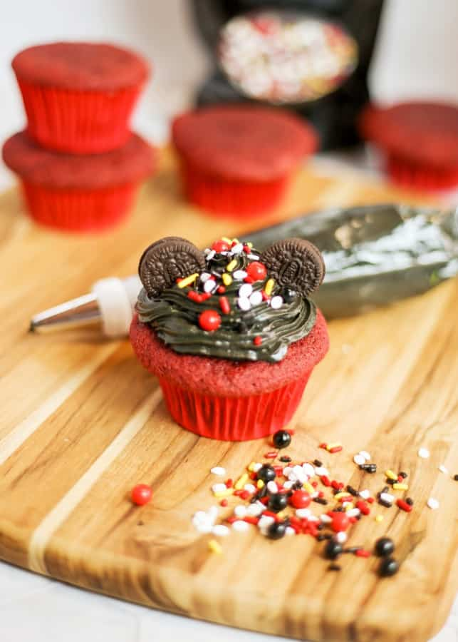 Decorating Mickey Mouse cupcakes